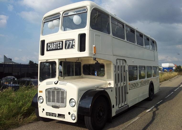 Witte klassieke trouwbus